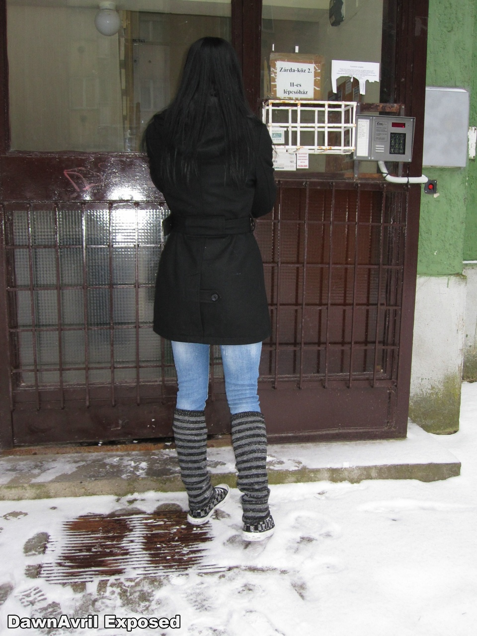 Amador de cabelos escuros posa para uma variedade de fotos nuas e vestidas