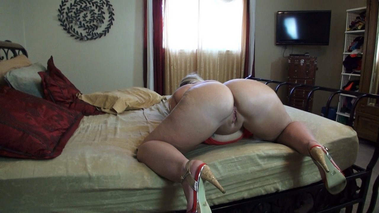 Naughty amateur Dee Siren sucks the jizz from a cock after exposing herself
