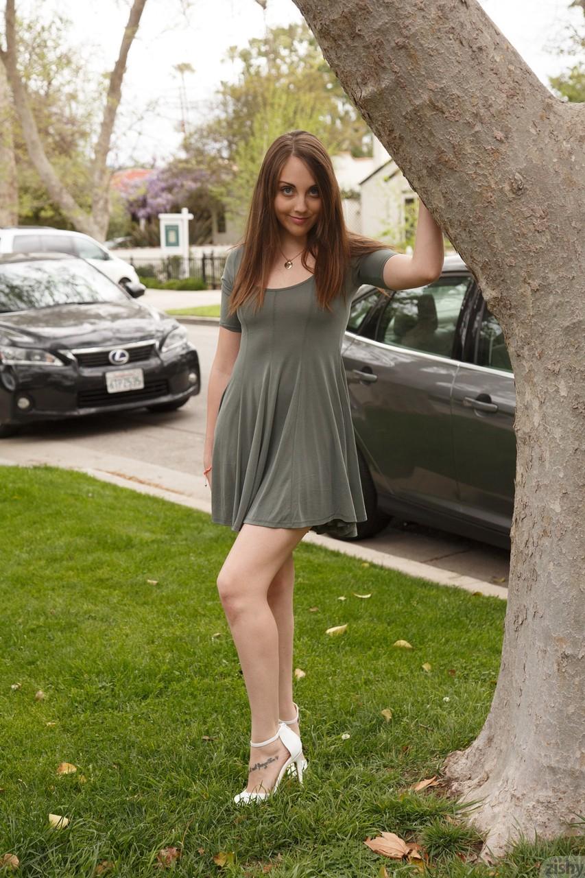 Novinha mostrando peito e bunda em público