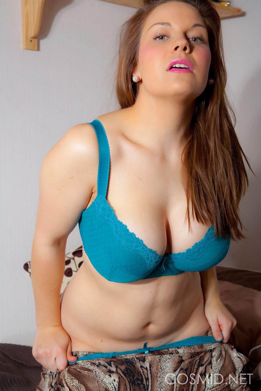 Peituda sexy mostrando sua bela teta