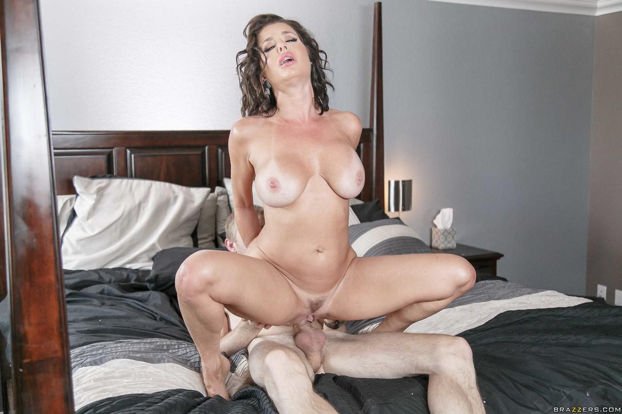 Madura peituda flagrada se masturbando