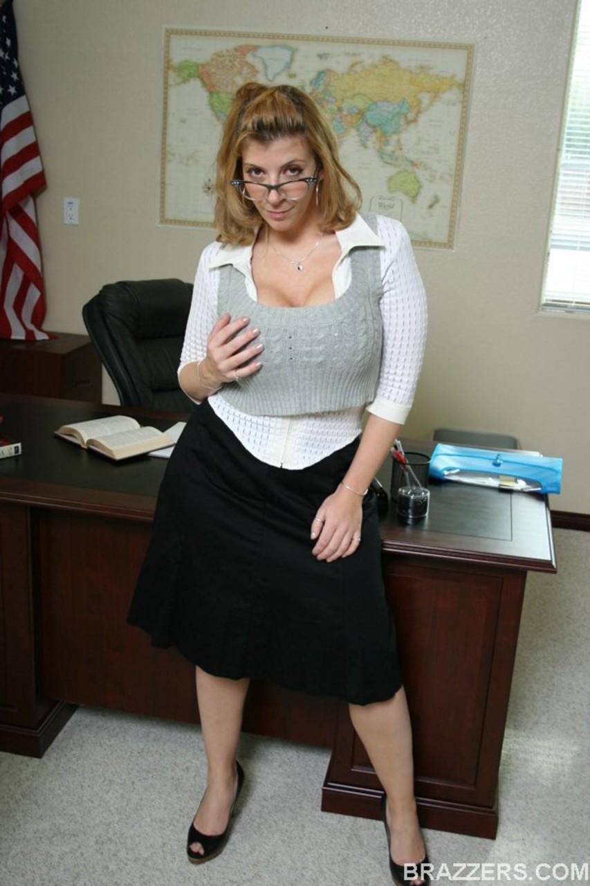 Professora gostosa de peitos grandes mostrando a buceta na sala