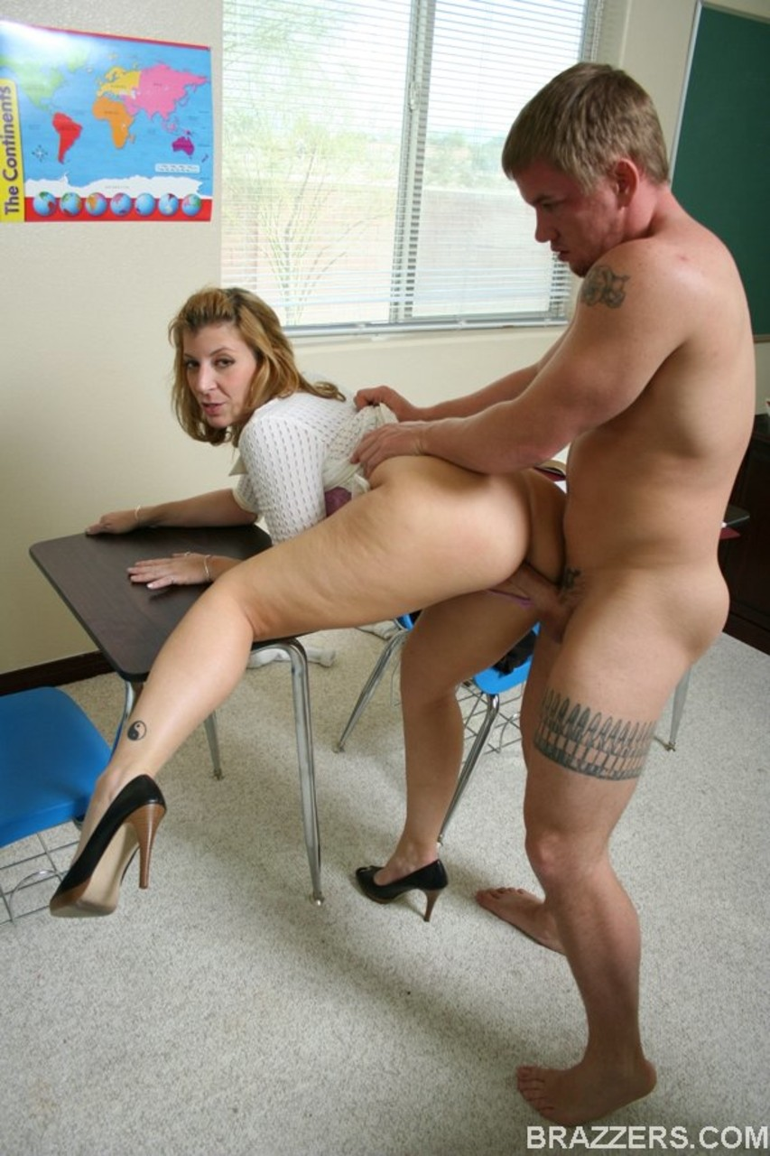 Professora gostosa fodendo com aluno e tomando gozada